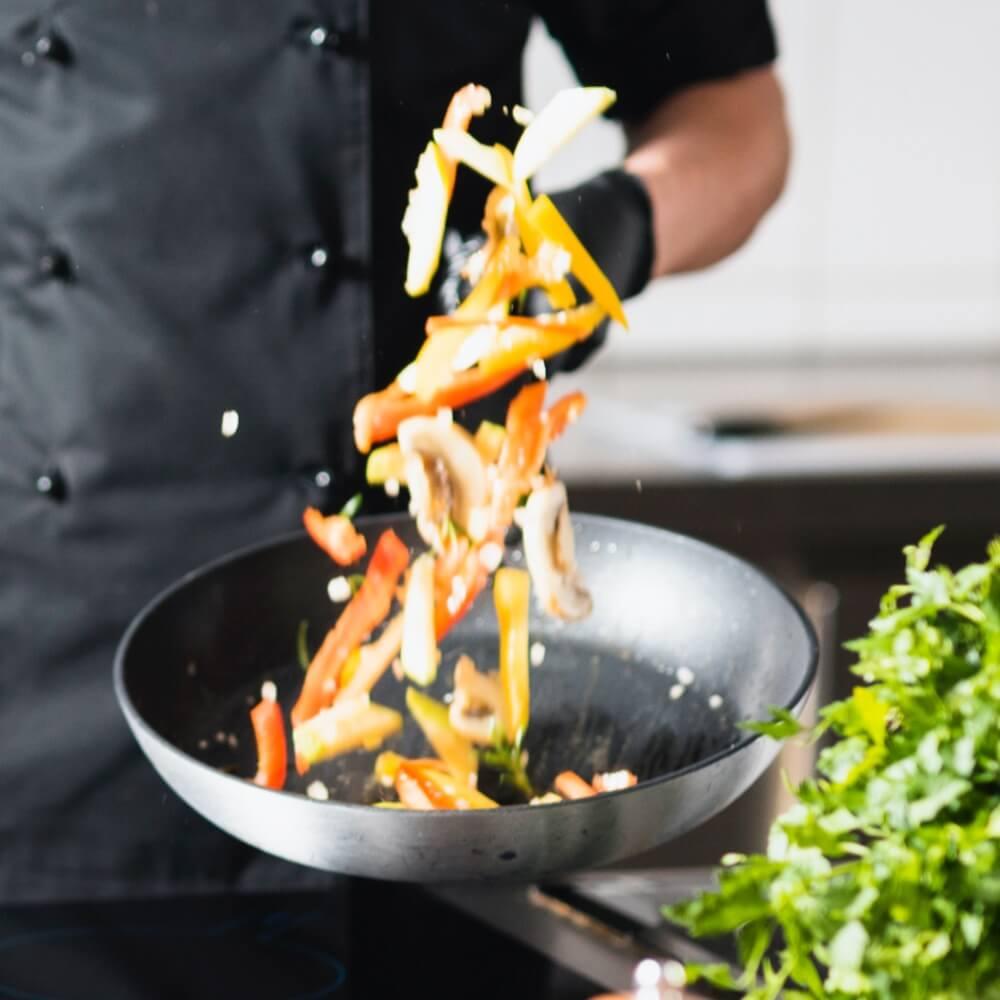 Restaurateur cuisinant des légumes frais et locaux